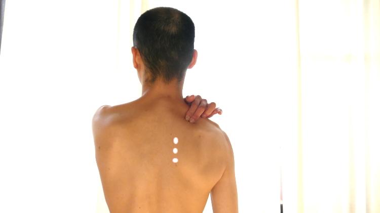 肩こりのツボ・肩甲骨横