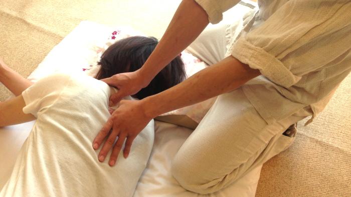肩甲骨のツボの圧し方