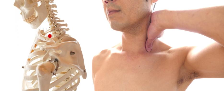 首の付け根の胸の邪気をとるツボ