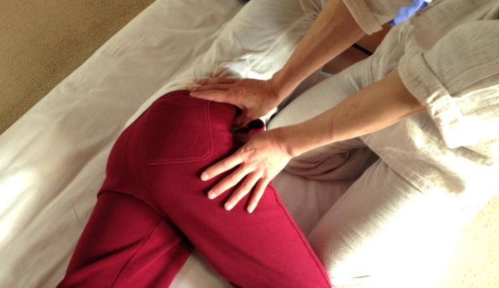 股関節のツボへの施術