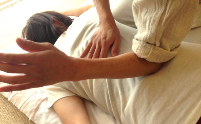肘での腰のツボの圧し方