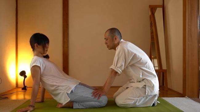補助するときもゆっくりと、手をつき肘をつき背中を付いてと段階的にサポートしてください。