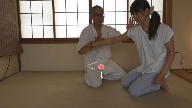 ゆるみをとる動きと丹田を落とす動き、丹田を回転させる動きをシンクロさせます。