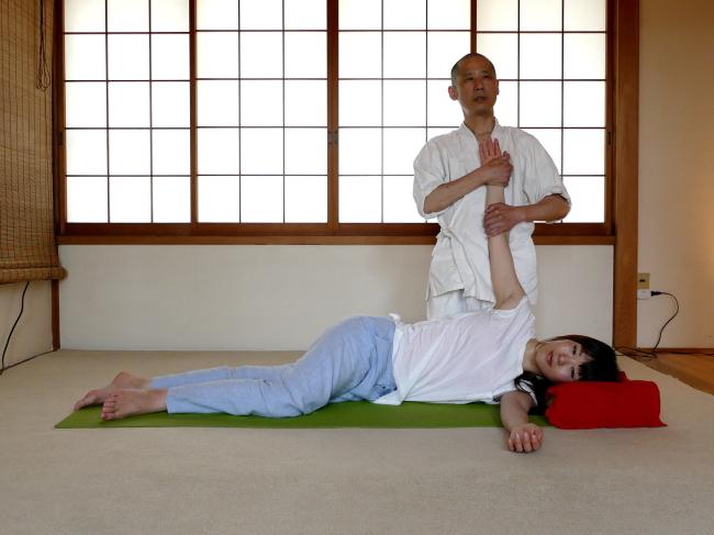 横臥位・上肢のストレッチ
