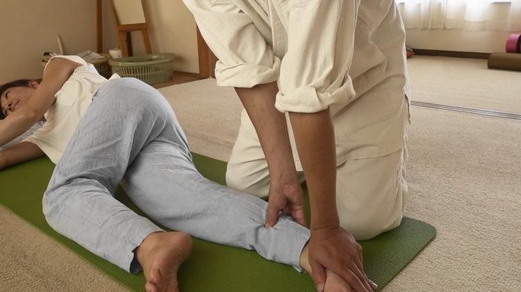 足首のツボの圧し方