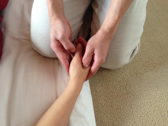 手のツボへの施術法