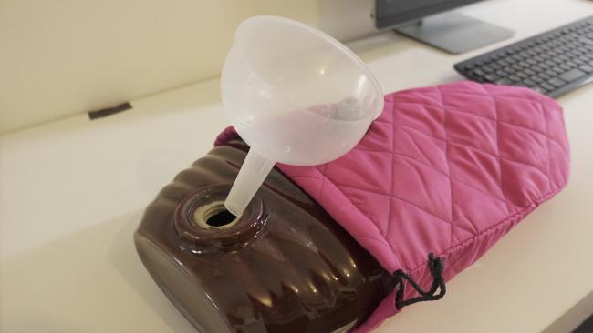 陶器の湯たんぽと漏斗