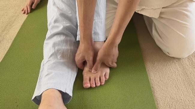 足の親指のツボの圧し方